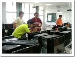 圖8.講座教室為參加老師實施一對一的解說