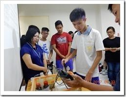 同學於操作ph檢測儀器實施校正工作