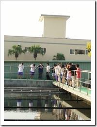 同學在沉澱池的學習