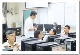 施主任總是耐心地對參加老師給予指導