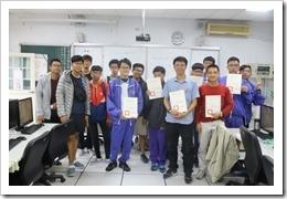 課後學生與老師的合影並頒發研習證書