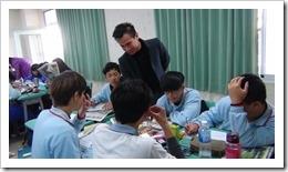 分組討論過程中,江老師給予學生提問指導