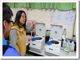 張教授為參與活動教師介紹目前實驗室設備