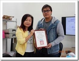 本校學務主任頒發感謝狀與林書毅老師,感謝他的分享