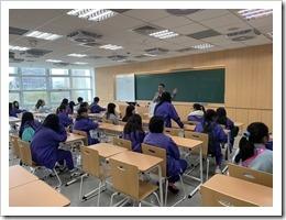 本校學生在台灣大學教室聽取教室的規劃設計及理念