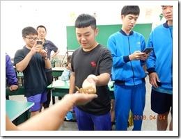 學生親自碰觸花草蛇