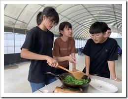 學員將採集的蔬菜實施烹煮