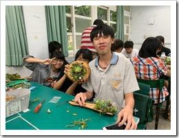 2.同學開心的展示自己的作品