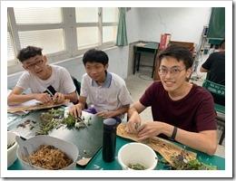 2.學員木頭襄肉過程合影2