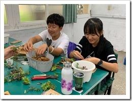 2.學員木頭鑲肉正在裝填水苔