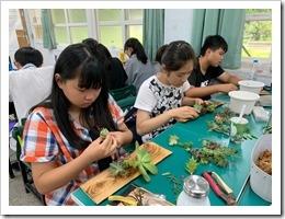 2.學員專注的設計製作多肉植物