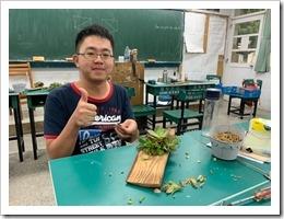2.學員開心的製作木頭鑲上多肉植物2