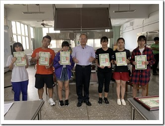 楊梅高中教務主任頒發結訓證書合影_thumb[2]