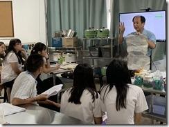 蔡黃金老師由肥料包裝介紹有機肥成份