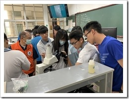 10-楊梅高中同學認真的組裝微生物觀察設施