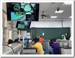13-教授展示其觀察的微生物及藻類