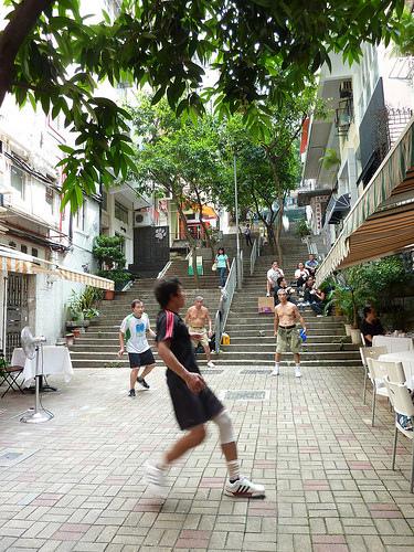 HK。中環巷弄中的踢毽球