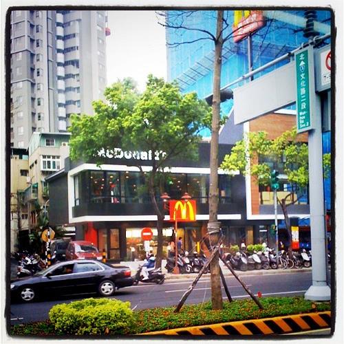 麥當勞開始走黑時尚風格。板橋區文化路上。