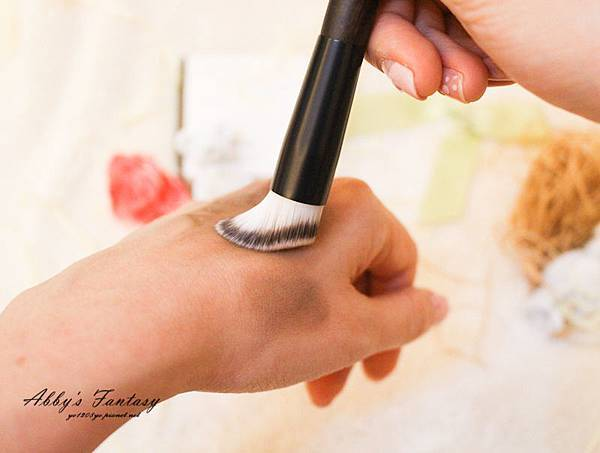 高額頭救星! 不用植髮就能擁有自然髮際線,超修飾DIY好物 → Innisfree大髮師髮線修修筆拍拍膏刷具定色噴霧推薦  (16).jpg