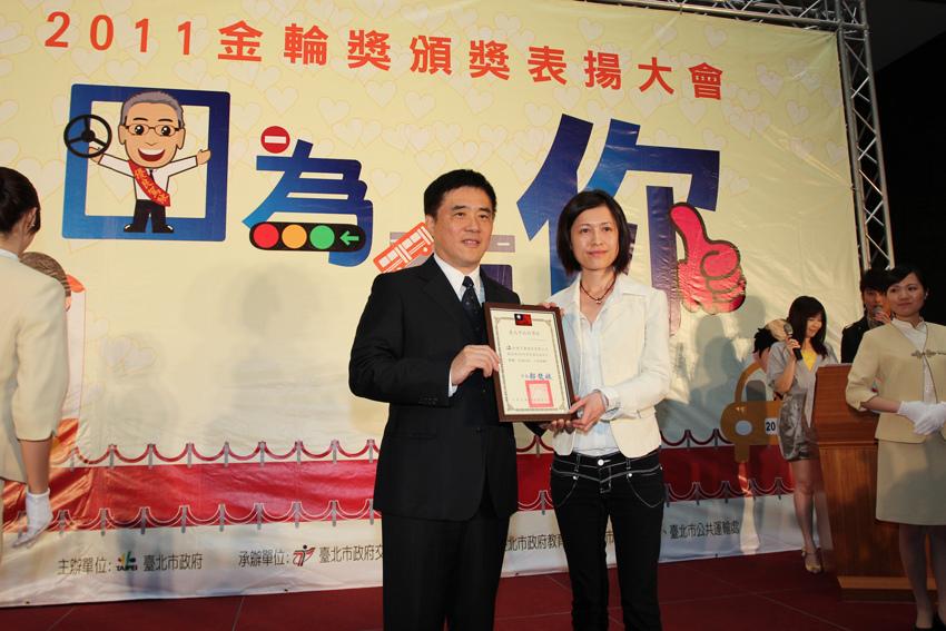 和泰汽車管雅雯室長(右)由台北市郝龍斌市長(左)頒贈金輪獎「促進交通安全」獎項.JPG