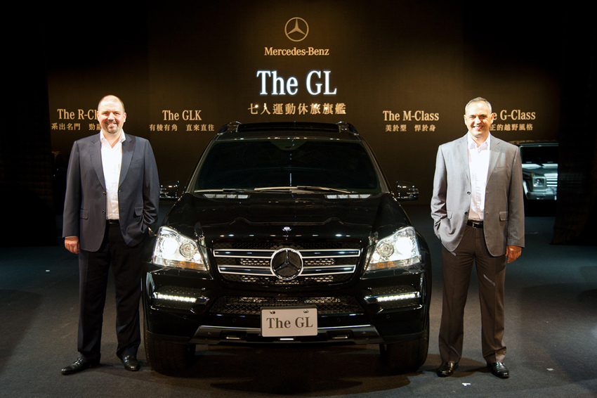 台灣賓士總裁康柏瀚(右)與副總裁波利斯(左)與Mr. Big-GL-Class合影.jpg