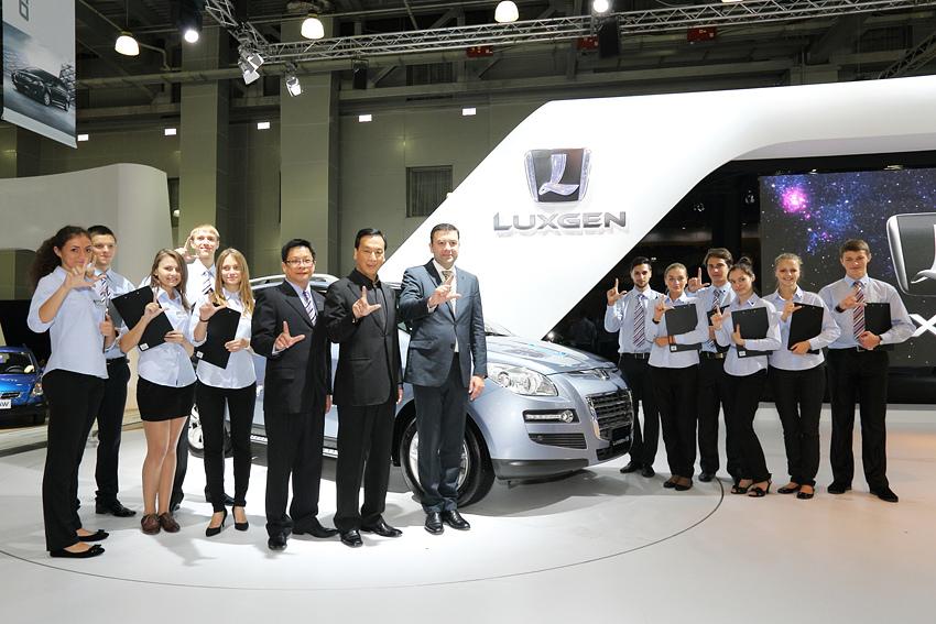 圖3_LUXGEN總經理胡開昌與俄羅斯銷售團隊於展場中合照