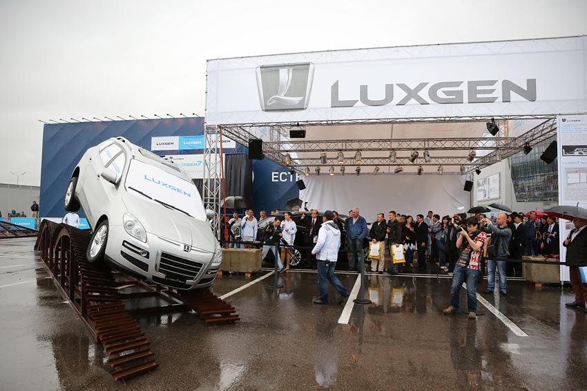 圖5_LUXGEN7 SUV盲駕表演吸引眾多俄羅斯重要媒體採訪,並對LUXGEN7 SUV的操控性能與精良品質留下深刻印象。拷貝