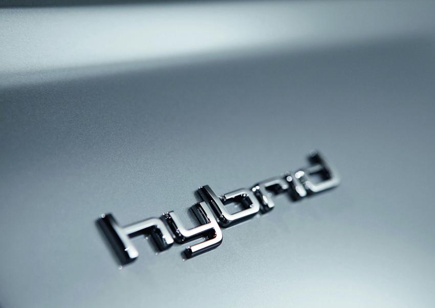 圖4 全新A6 hybrid油電複合動力車以低調而精緻的專屬鍍鉻hybrid徽飾,點綴於行李廂蓋、左右前葉子鈑和鋁合金門檻迎賓踏板上,細緻字體凝聚的每道光芒,彷彿為Audi持續以進化科技的造車理念喝采。