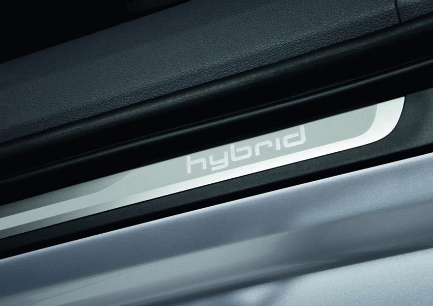 圖5 全新A6 hybrid油電複合動力車以低調而精緻的專屬鍍鉻hybrid徽飾,點綴於行李廂蓋、左右前葉子鈑和鋁合金門檻迎賓踏板上,細緻字體凝聚的每道光芒,彷彿為Audi持續以進化科技的造車理念喝采。