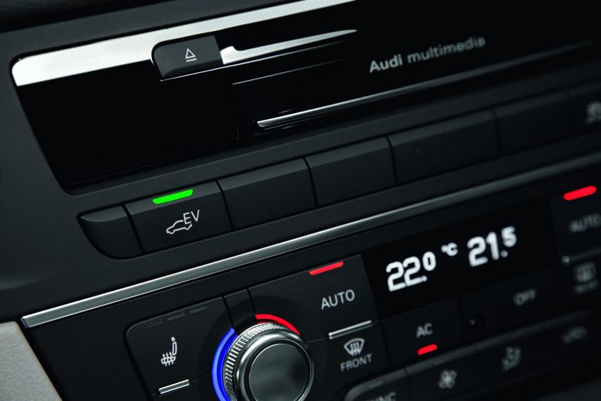 圖7 駕駛者除了利用排檔桿操作一般的「D」、「S」檔模式外,也可透過中控台上的EV按鍵,主導A6 hybrid油電複合動力車的動力運作模式。