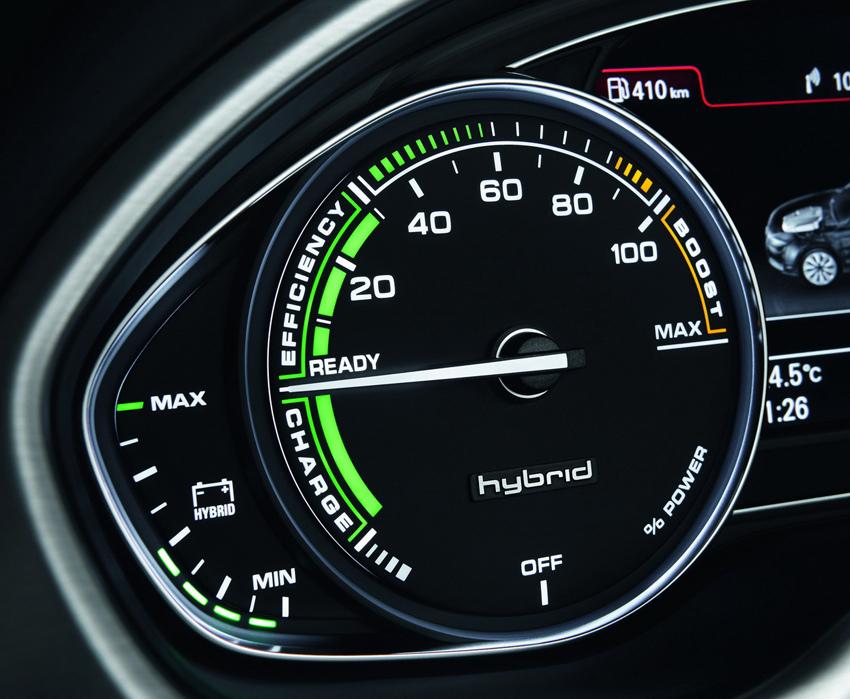 圖9 駕駛者能經由儀錶板內的7吋高解析度DIS駕駛者資訊顯示系統和首度導入國內市場的8 吋高解析度摺疊式MMI中央顯示幕中hybrid系統的動畫得知hybrid油電複合動力系統的運作狀態。