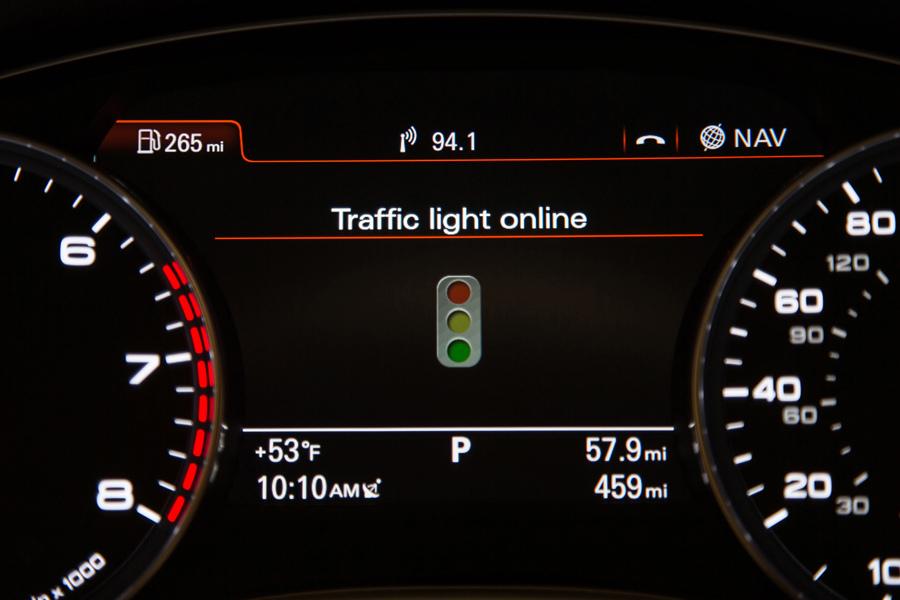 圖5.未來的駕駛者可透過Audi Connect預先得知前方路口的燈號資訊,大幅減少行車時等待紅燈的時間。.jpg