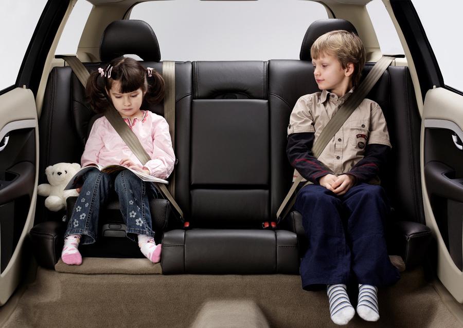 05:2007 年,VOLVO 於 V70旅行車的雙後座,採用首創的兩段式收覆兒童安全座墊。 (1).jpg