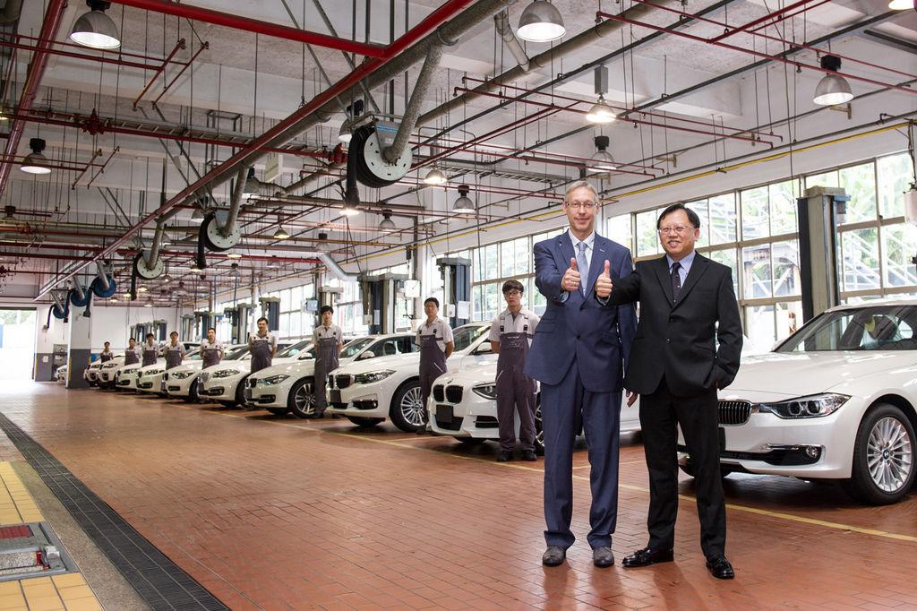 【新聞照片一】BMW總代理汎德公司售後服務部副總 王家銘先生(右)與BMW Group進口業務台灣、香港及澳門售後服務經理 Frank Schoenrock先生(左).jpg