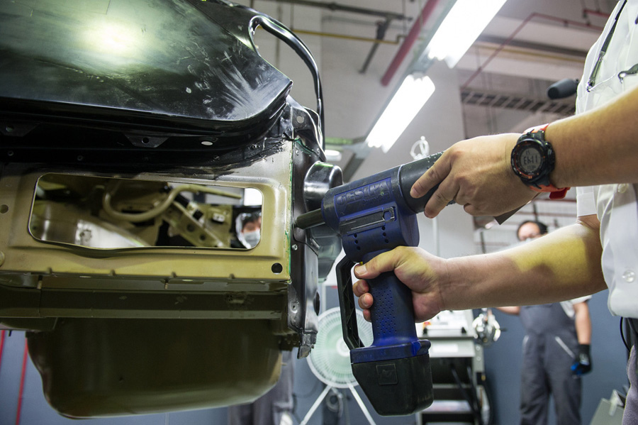 【新聞照片五】BMW採用領先業界之鋁合金及碳纖維車體膠合鉚接維修工法.jpg