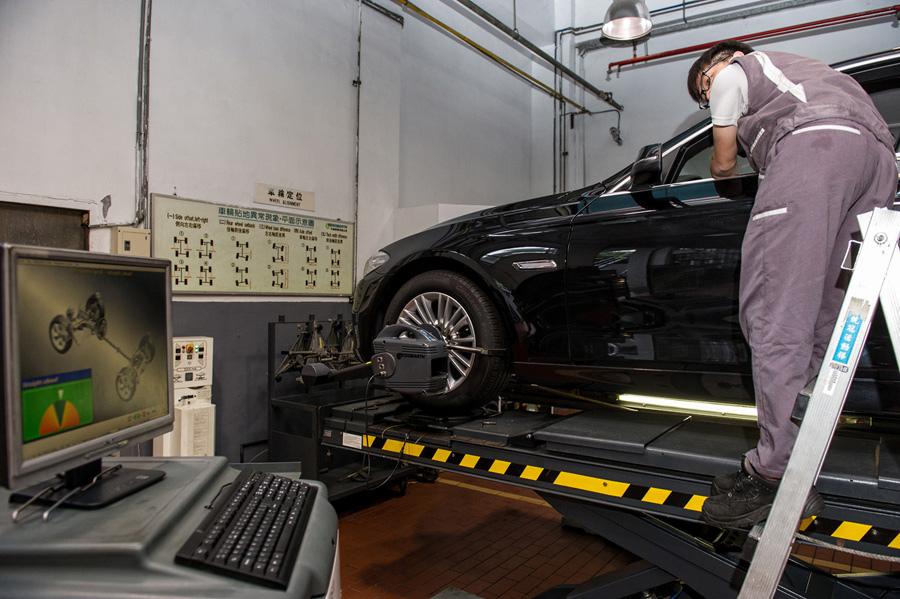 【新聞照片六】BMW總代理汎德公司服務廠採用與BMW德國原廠同步之四輪定位機.jpg