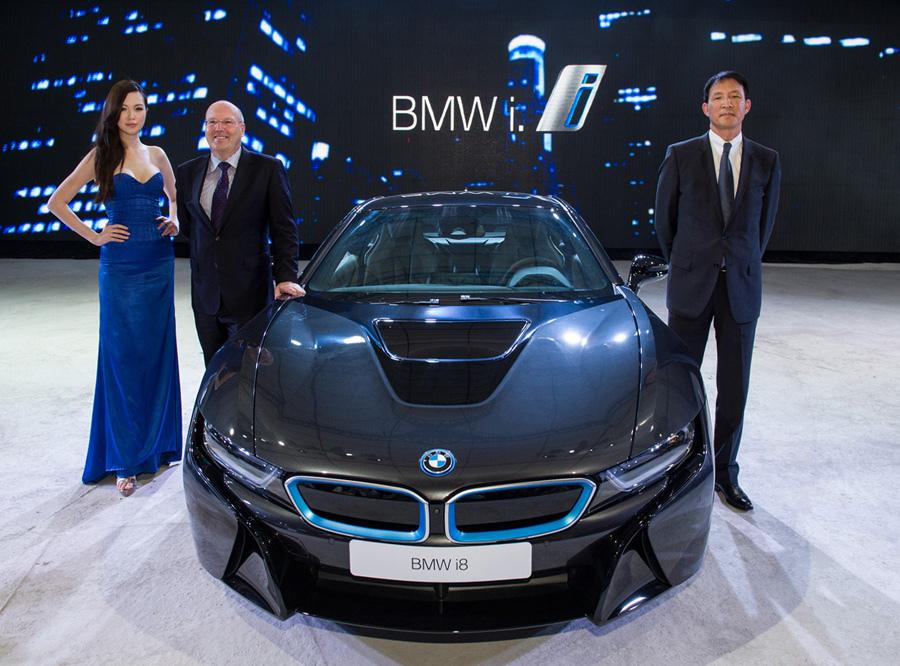 【新聞照片三】BMW i8與BMW總代理汎德公司總經理 杜黃旭先生(右)與BMW集團台灣、香港及澳門進口業務副總裁Kevin Coon先生(左).jpg