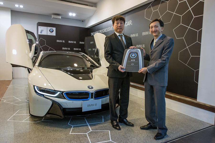 【新聞照片一】BMW總代理汎德公司營業部副總吳漢明先生(左)將BMW i8車鑰匙正式遞交予台灣首部交車之BMW i8車主.jpg