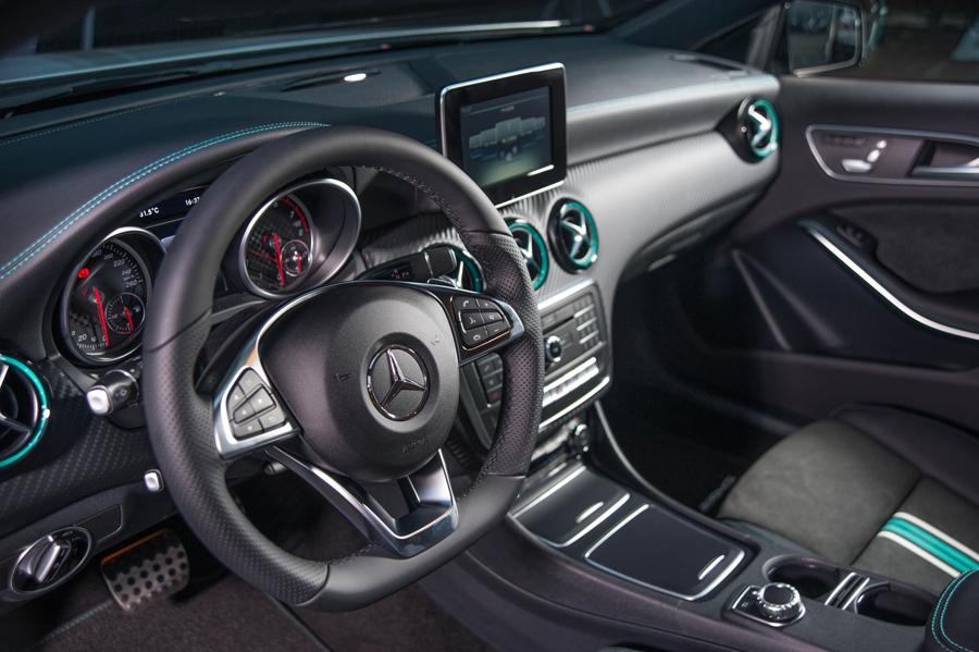 處處可見賽車味十足的「petrol green」的速度感貫穿座艙,散發自信又狂放的速度魅力 (1).jpg