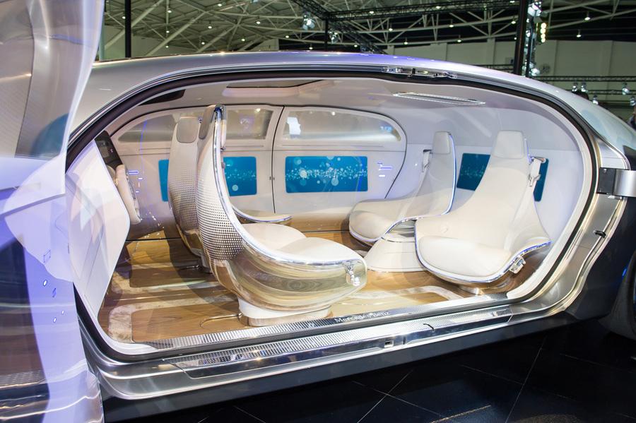 Mercedes-Benz F 015 - 將移動旅程轉為休憩、行動辦公或甚至社交生活沿伸的生活空間.jpg