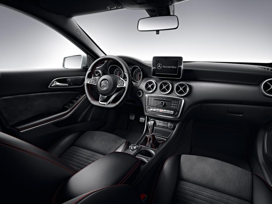 座艙內以類碳纖維飾板凸顯競技氛圍以外,三輻式多功能真皮平底方向盤designo紅色安全帶,以畫龍點睛的姿態為座艙注入最沸騰的駕馭熱血 (1).jpg