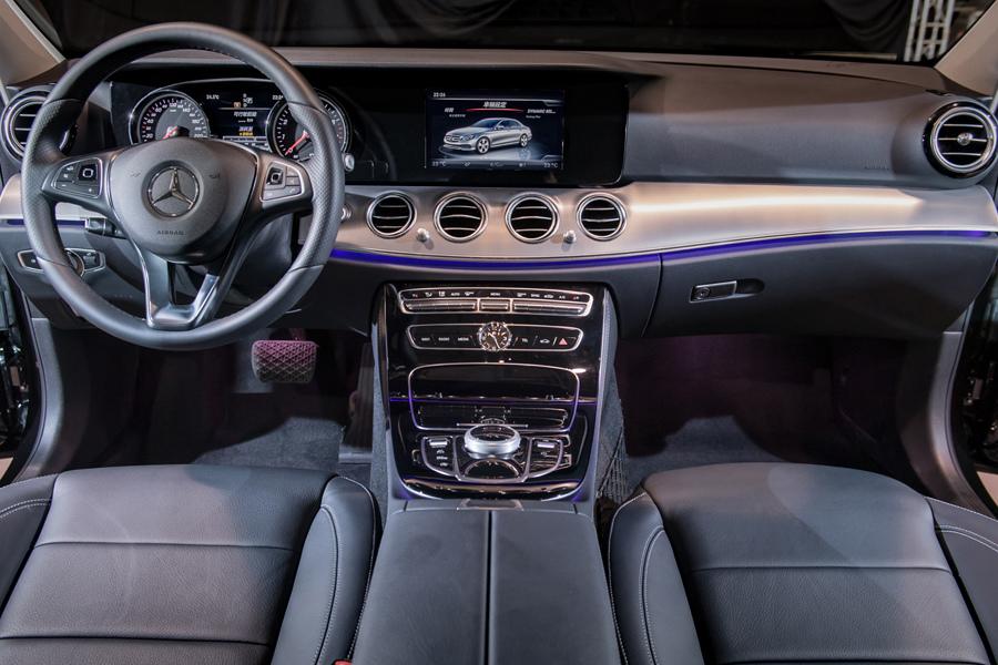 全新E-Class材料選用的高度智慧,如豪華遊艇的大面積環艙飾板設計,匹配具備64種色調與五段亮度調整的環景式內裝照明.jpg