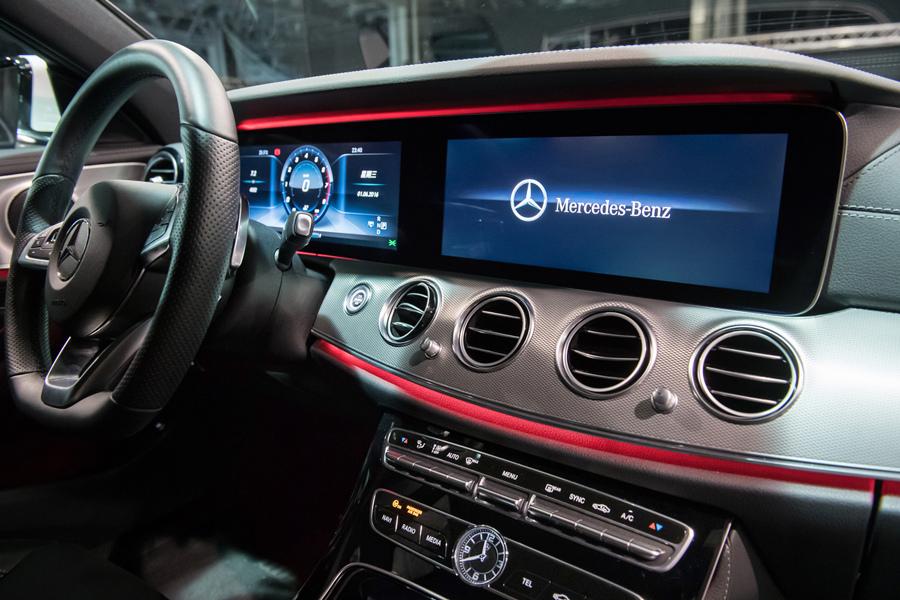 若選擇寬螢幕數位儀表配備,由兩具12.3吋高解析度液晶螢幕組成的寬螢幕將所有車輛資訊以數位虛擬方式呈現.jpg