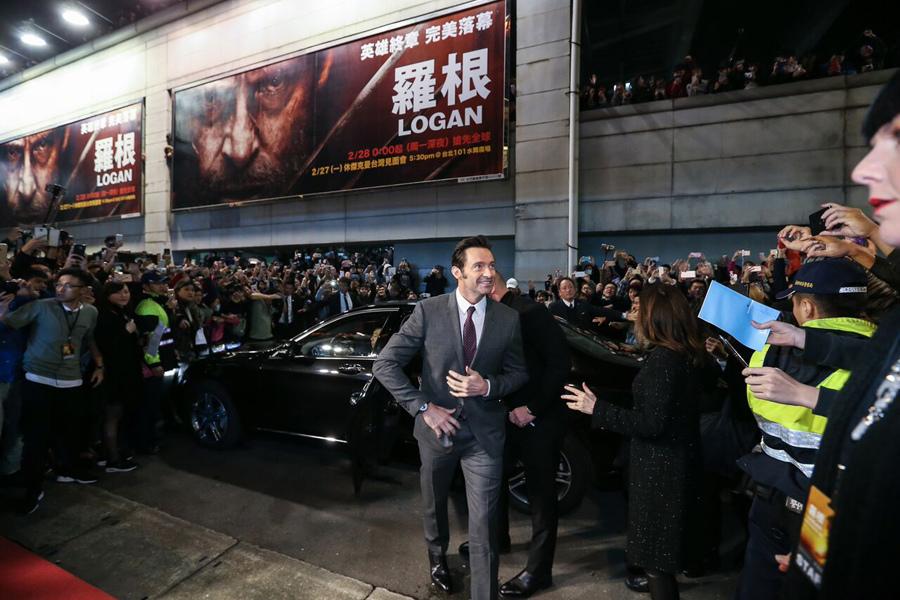 休·傑克曼從Mercedes-Benz S-Class後座登場,踏上星光大道紅毯,一路迎接影迷們的熱列歡迎。.jpg