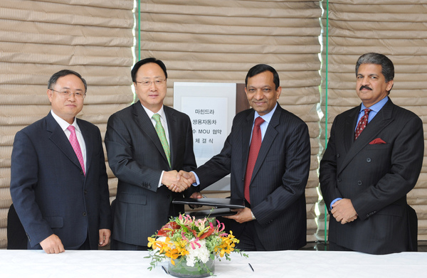 韓國雙龍汽 車與印度Mahindra & Mahindra 集團簽署備忘 錄合影.jpg