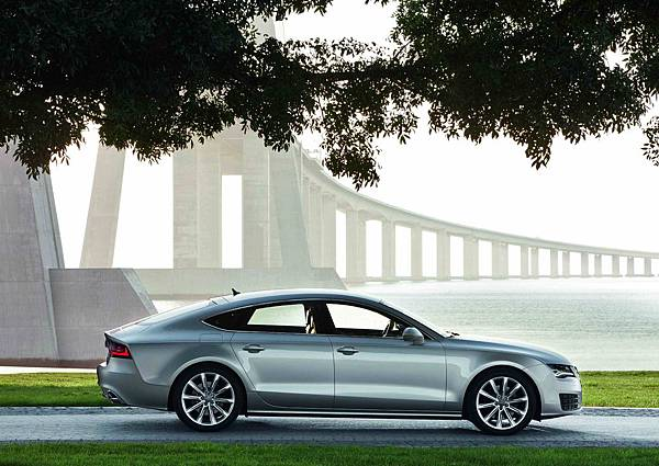02_全新A7極致轎跑_新旗艦優雅的外觀造型底下擁有著令人為之傾心的流暢車身曲線,同時完整保留了媲美Coupe雙門轎跑車般的濃郁運動風格。.jpg