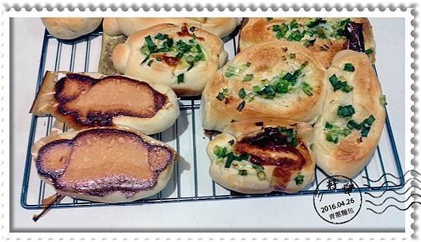 青蔥麵包-出爐底部.jpg