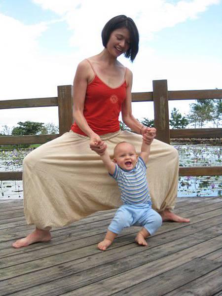 1672180296-柔阿姨送我一塊baby yoga 的dvd.jpg