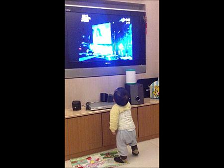 弟弟看電視