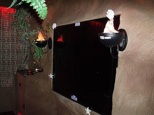 超大的電視~旁邊還有火把